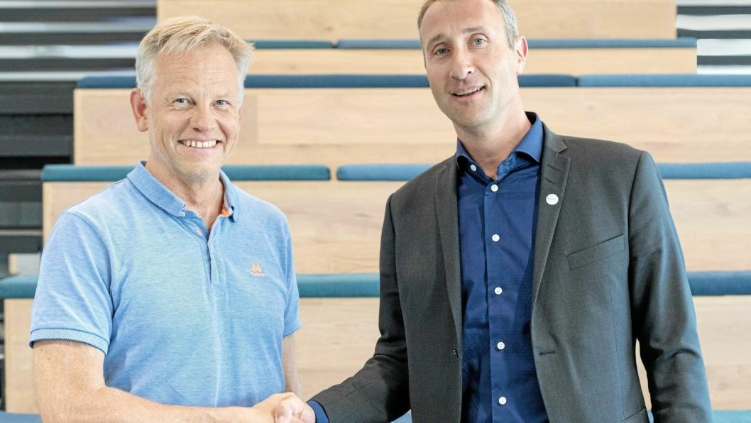 AVTALE: Lars Reitan (t.v.) og Svevia skal drifte og vedlikeholde veien som Skanska bygger mellom Løten og Elverrum. Her er Skanska-sjefen Ståle Rød.
