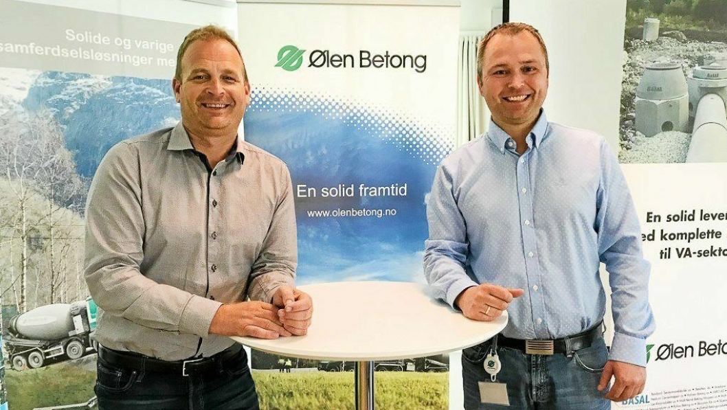 LEDERSKIFTE: Svein Atle Berge (t.v.) overlader lederrollen i Ølen Betong til Lars Norekvål.