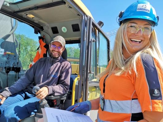 Eline sjekker GPS-skjemaer hos maskinfører Sveinung Bruvik Lie. Stemningen er god på prosjektet.