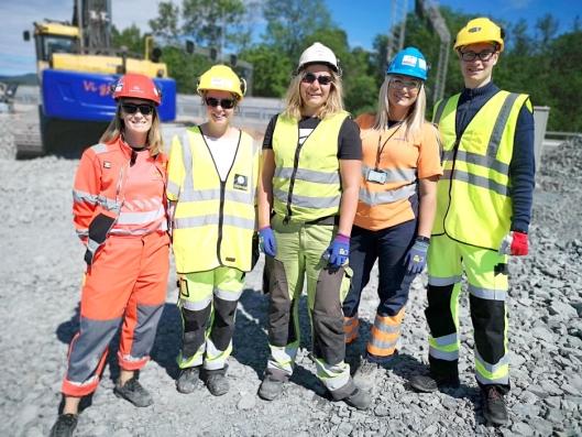 Plutselig var mennene i mindretall på et lite område av anleggsplassen. Fra venstre: Siri B. Ringstad (kontrollingeniør i Statens vegvesen), Linda C. Undall (prosjektingeniør i Implenia Norge), Julie Rosenlind Falch, Eline Rosenlind Falch og mannlig representant Magnar Jaros (sommerstudent hos Implenia Norge).