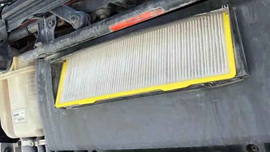 ENKELT: Å bytte pollenfilter er enkelt på de fleste lastebiler og sparer seg fort inn.