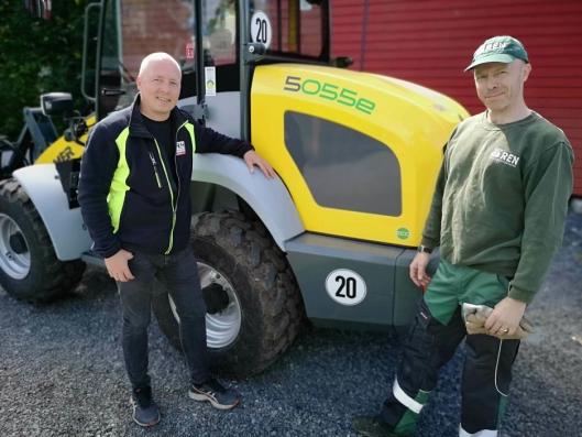 Salgsansvarlig og partner i H&H Maskin Tom Erik Huuse (t.v.) og bas på Grefsen minigjenbruksstasjon, Alf Rummelhoff, ved nymaskinen.