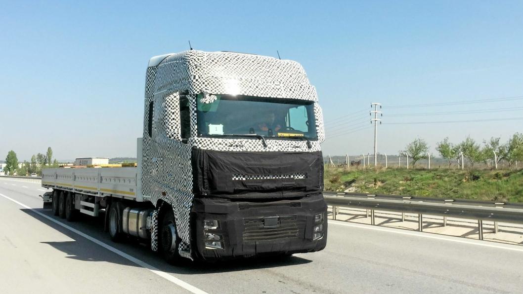 KOMMER: De nye trekkvognene fra Ford blir introdusert på IAA i september. Her et spionbilde av bilen ute på veien.
