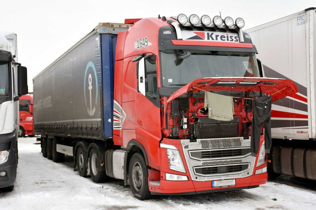 Kreiss-sjåfører bor i bilene i tre måneder i strekk. Kontraktene avslører grunnlønn på 370 Euro per måned. Foto: Stein Inge Stølen