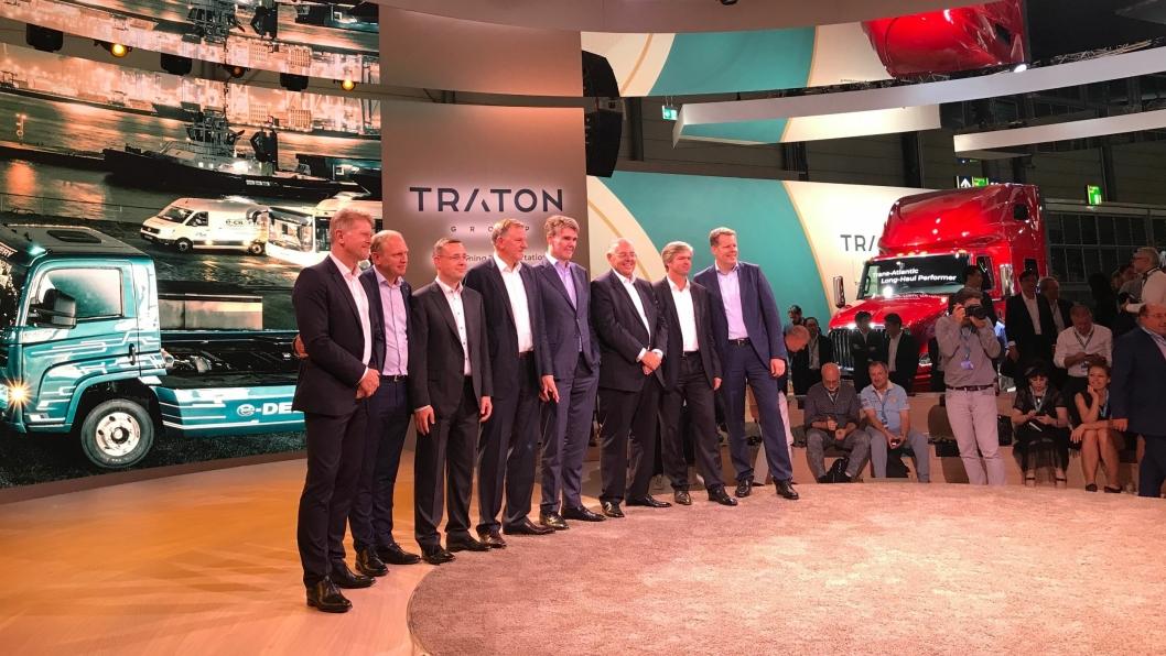 Toppsjefen i Traton, Andreas Renschler (nr. fire fra venstre) og de ulike merkesjefene samt Tratons styremedlemmer på arrangementet 18. september, før selve IAA starter 20. september.