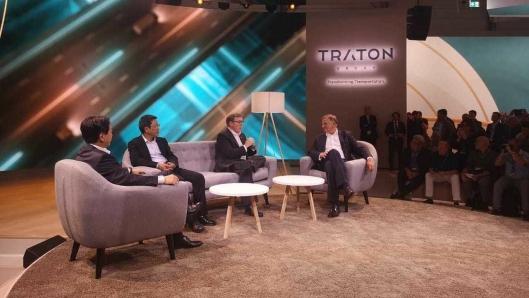 Toppsjefen i Traton, Andreas Renschler (t.h.) og samarbeispartnere under førkvelden før IAA 2018.