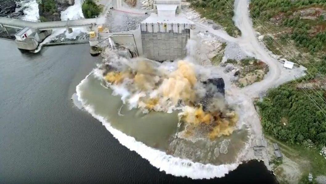 Se hvordan det ser ut når ti tonn sprengstoff går i lufta.