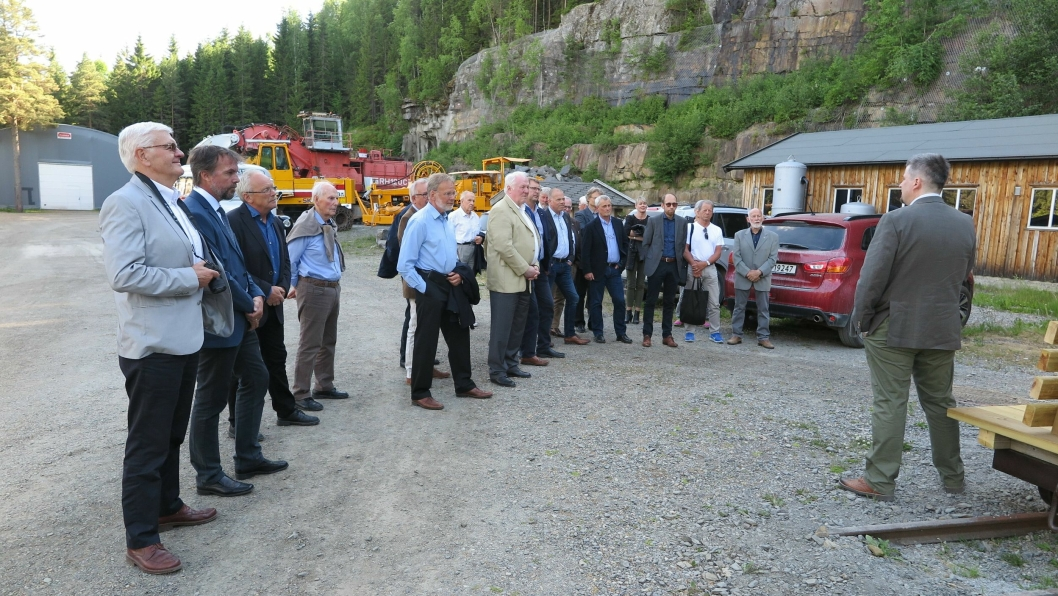 ÅRSMØTET: Årsmøtet i NFSM ble avviklet 8. juni og møtedeltagerne ble samlet utenfor inngangen til en orientering av Morten Reitan om de siste endringene innen i tunnelen. I bakgrunnen noen av maskinene utenfor inngangen til konferansesalen.
