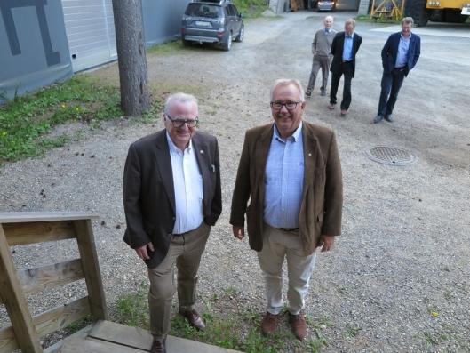 FULLT TRYKK: Sentrale i nomineringspresessen er Tom Melbye, internasjonalt kjent i ITA-miljøet (t.v.) og nyvalgt formann Ola Woldmo, fotografert foran inngangen til fjellhallen på Hunderfossen.