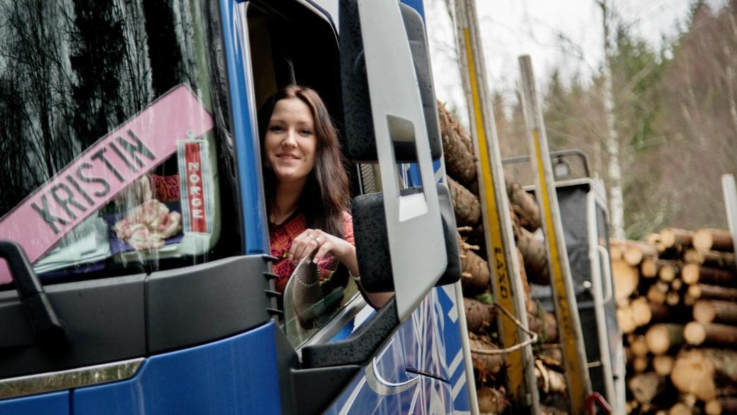 DRØMMEN: Kristin Leithe har alltid drømt om å kjøre tømmerbil. Nå er drømmen gått i oppfyllelse.