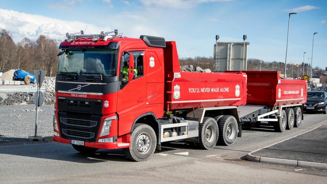 OPPSIKT: Kai Gjeltens nye Volvo FH540 er antagelig eneste tippbilen i verden med full Liverpool-profilering.