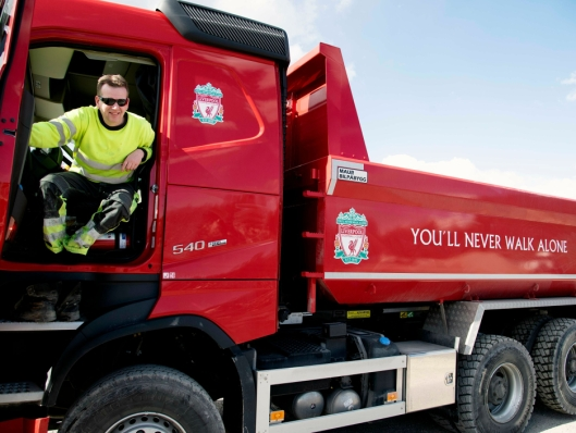 ENDELIG: Kai Gjelten har kjørt lastebil i 12 år. Endelig er drømmen om egen Liverpool lastebil realisert.