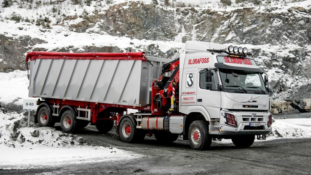 KOMPAKT: Med bare 12 meter i lengde, 32 m3 kasse, kran med 28 meter rekkevidde og firehjulsdrift på bilen, åpner det seg mange muligheter. Kransemien ble overlevert i vinter.