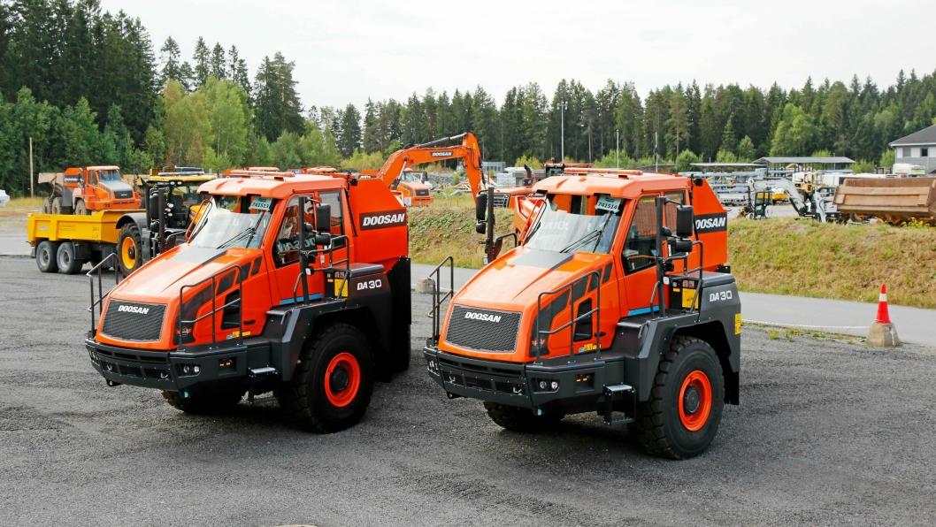 TO MASKINER: Disse to maskinene skal rett i arbeid på to tomteprosjekter Leif Grimsrud AS har i Østfold. Her fra hovedanlegget til Rosendal Maskin i Askim.