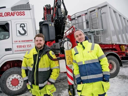 SPENTE: Sjåfør Kristoffer Sameien og daglig leder Richard Slorafoss i Slorafoss tipp og krantransport har store forventinger til den nye kranbilen.