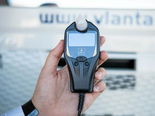 ENKELT: Alkolåsen fra Autowatch består av en håndholdt enhet og et utskiftbart munnstykke.