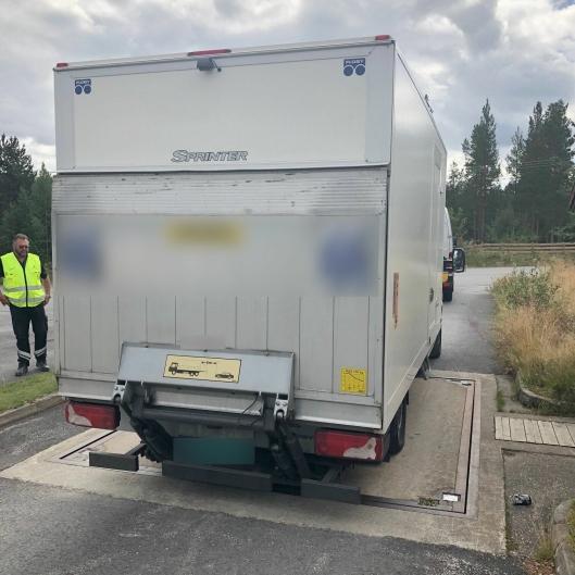 Sjåføren på den altfor tunge varebilen ble anmeldt for den trafikkfarlige kjøringen.