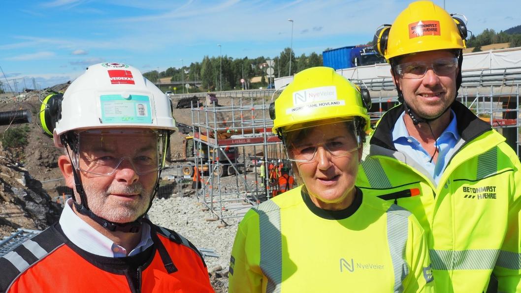 Fra venstre: Arne Giske (konserndirektør Veidekke), Ingrid Dahl Hovland (adm. direktør Nye Veier) og Jørgen Evensen (konsernsjef BetonmastHæhre) var blant lederne som så over sikkerheten på E6-prosjektet Kolomoen – Moelv.