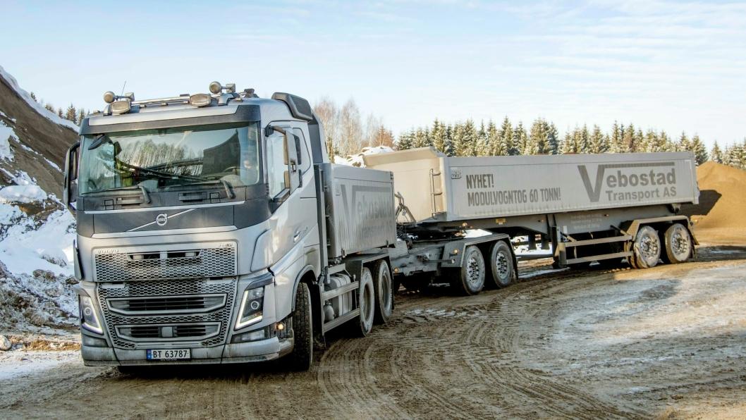 FLEKSIBEL: Med draget dratt inn er vogntoget en vanlig bil og henger. Uttrukket blir det et modulvogntog med 60 tonn i totalvekt.