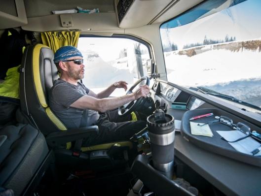 INGEN FORSKJELL: Langs landeveien merker ikke Knut Vebostad noen forskjell på å kjøre modulvogntoget kontra en vanlig tippbil med tilhenger.