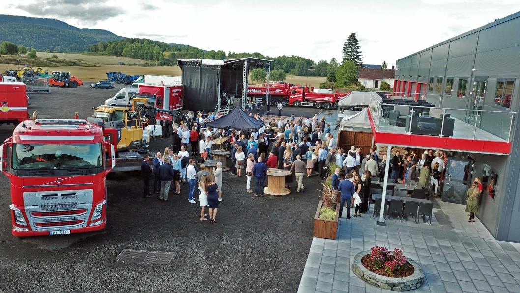 FEST: Kjeldaas i Sande lot ikke sjansen for en skikkelig fest gå fra seg da de innviet sitt nye bygg fredag 17. august.
