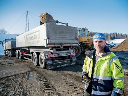 EN EKSTRA: Det går på en ekstra skuffe når hjullasteren fyller tilhengeren til Knut Vebostad.