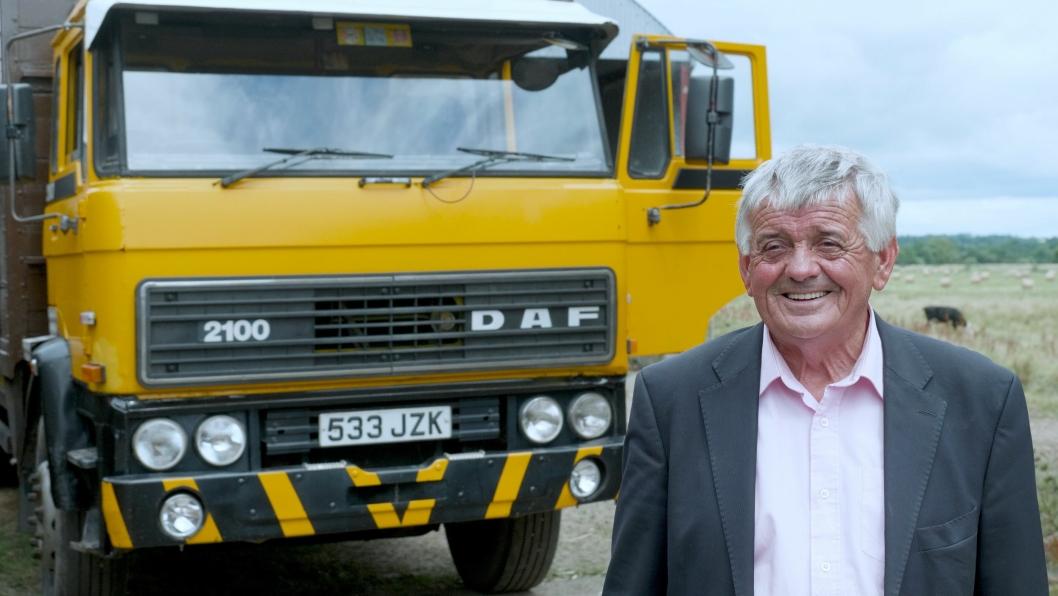 Irske John Tarrent foran sin DAF 2100 som han kjøpte i 1984, og som fortsatt er i drift.