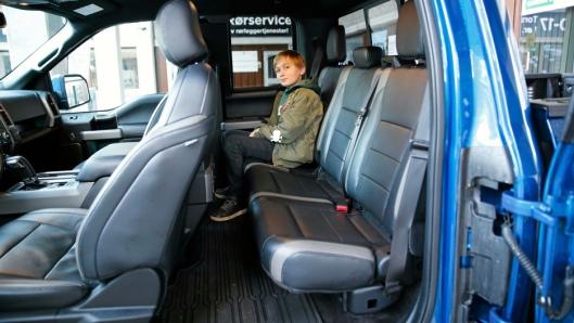 ROMSLIG: Selv om vi kjørte en Super Cab som er den midterste størrelsen, er det god plass for barn i baksetet. Det finnes en enda større variant som har rundt 20 cm lengre benplass.