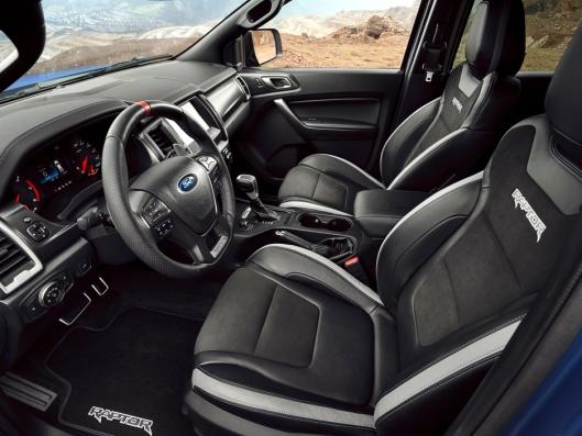 Raptor-stylet Ford-interiør. Legg merke til det sporty røde merket på rattet.