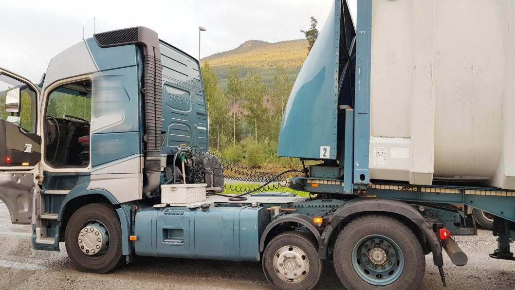 STOPP: På Gol stanset Statens vegvesen en kombinert transport med en nederlandsk trekkvogn. Den hadde passert grensen på 150 kilometer i luftlinje fra terminal til leveringssted.