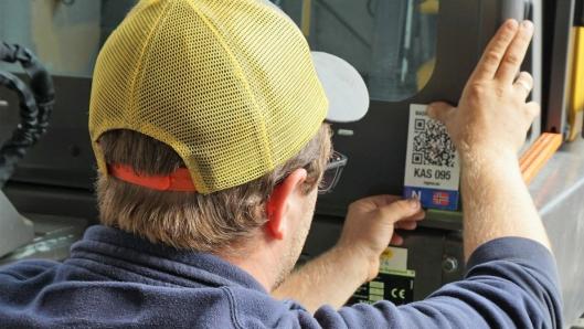 Registrering av maskinen i Maskinregisteret koster 1000 kroner. Dette er en engangssum og gjelder frem til maskinen skifter eier. Alle maskiner får en unik QR-kode som leses av for kontroll av maskinen.