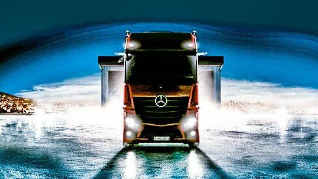 Det første offisielle bildet av nye Mercedes-Benz Actros. Det er betydelig lyst opp med bilderedigering etter at Daimler sendte ut et bilde av bilen med sterkt baklys.