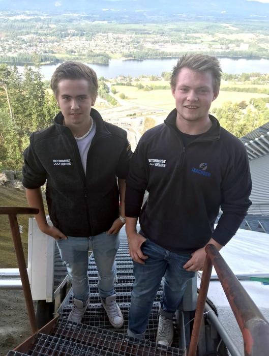Lærlingene Iver Byrøygard (t.v) og Aleksander Jacobsen er fornøyd med lærlingsamlingen, og gleder seg til læretida i BetonmastHæhre. Her er de ved toppen av skiflygingsbakken i Vikersund.