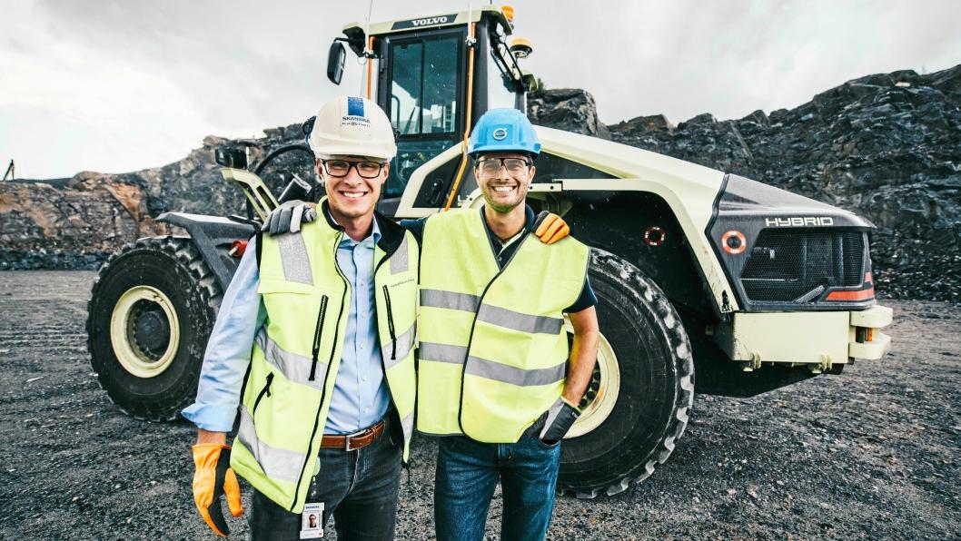 Joakim Käpynen (t.v.), produksjonsleder på Skanskas anlegg Vikan Kross og Uwe Müller, prosjektleder for Electric Site i Volvo CE.