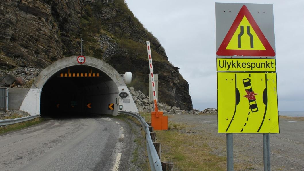 Dagens Skarvbergtunnel, som skal erstattes av ny, er trang og umoderne. Den sørlige inngangen til dagens tunnel er et ulykkespunkt.