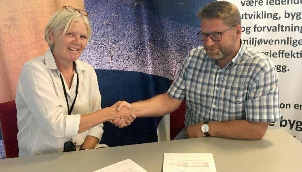 Tone Marie Hølmebakk fra Omsorgsbygg og Håvard Kjendseth fra Steen & Lund AS ved avtaleinngåelsen sommeren 2018.