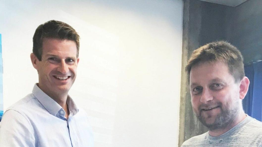 Jarle Solbakken (t.v.) fra Statkraft og Magne Hjelmeland fra K. Hjelmeland AS inngikk avtalen.