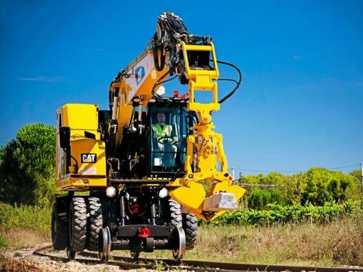 SKIFTE SVILLER: Maskinen egner seg godt til utskifting av sviller i stort omfang.
