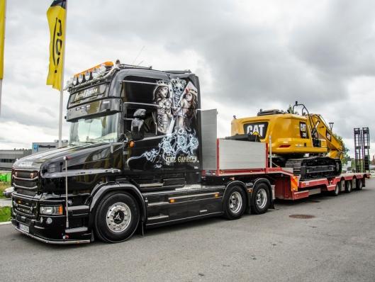 Nymaskinen ble fraktet nordover med Øyvind Jensens Scania T730 «The Gambler»