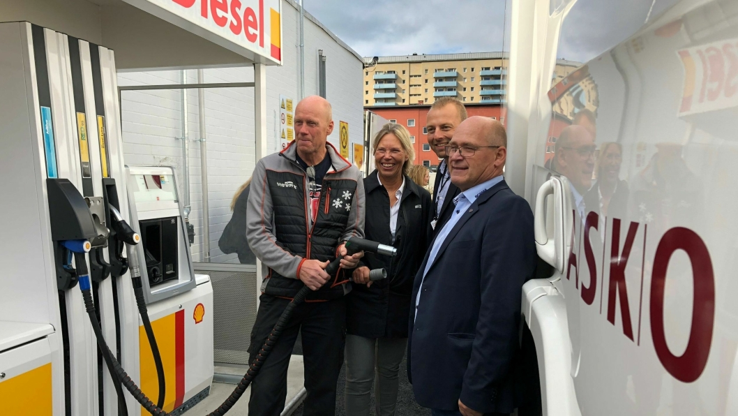 Fylling av tanken under lanseringen av etanoldiesel RED95 på Shell Grorud, fredag 7. september. Fra venstre: Sjåfør Vidar Fagersand, Anniken Heder (salgsdirektør for bedriftsmarkedet i St1), Marius Råsstad (logistikksjef i Asko) og John Lauvstad (direktør kommunikasjon og branding i  Norsk Scania).