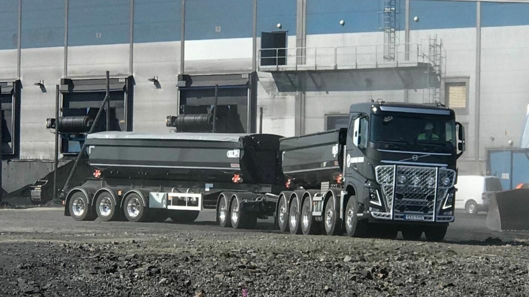 Det søkes etter sjåfører til slike vogntog: Femakslede Volvo FH16 750 med femakslede slep. Tillatt totalvekt (dispensasjon) på strekningen det skal kjøres er 90 tonn.
