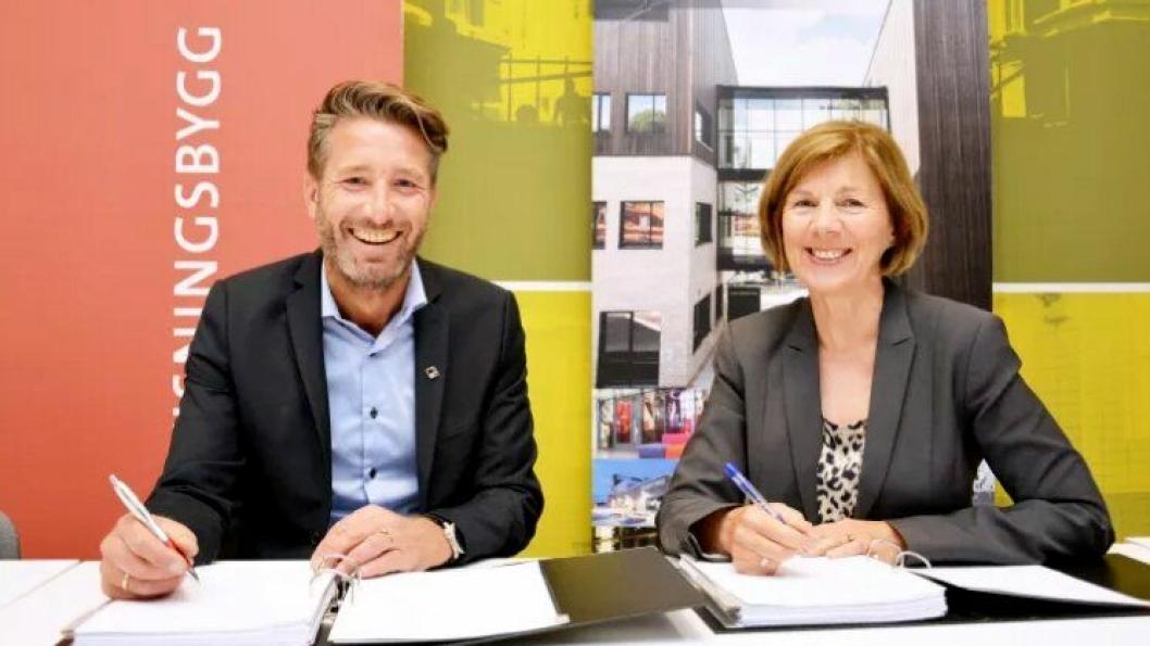 Erik Økland i Veidekke og Rigmor Helene Hansen i Undervisningsbygg signerte kontrakten for nye Ruseløkka skole.