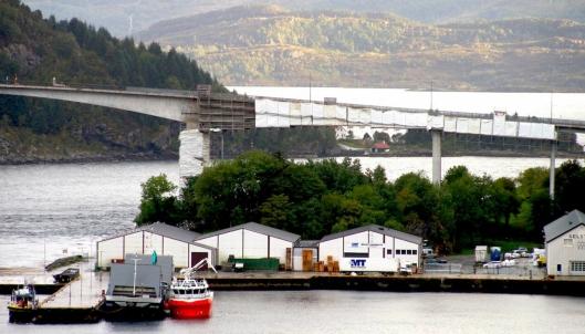 REHABILITERES. Måløybrua åpnet i desember 1973. Etter snart 45 år med slitasje har Lier-selskapet Consolvo AS satt i gang en omfattende rehabilitering av den viktige kommunikasjonsåren i Vågsøy.