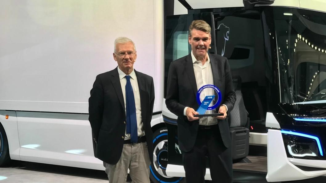 Juryleder Gianenrico Griffini (t.v.) delte ut den nye prisen til MAN-sjef Joachim Drees for MAN autonom-prosjekt eFAS.