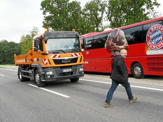 MAN fikk prisen for eFAS (automatisk førerløst sikkerhetskjøretøy). Her stopper den selvkjørende lastebilen for en forgjenger på fotgjenger på offentlig vei.