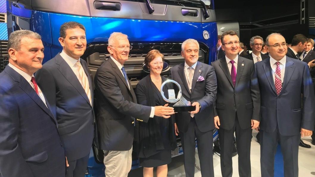 Juryformann  Gianenrico Griffini (nr. tre fra venstre) delte ut prisen International Truck of The Year til representanter for Ford Otosan. Nummer fire fra venstre er nestleder i Ford Otosan, Lisa Tresigne-King. Nummer fem fra venstre er leder i Ford Otosan, Haydar Yenigun