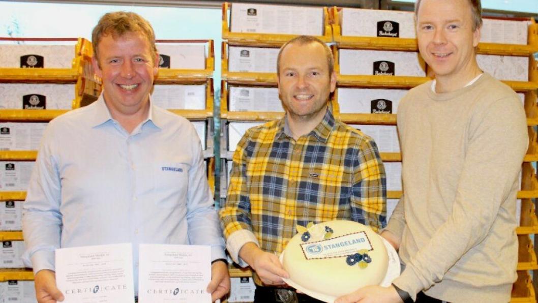 Daglig leder Tommy Stangeland med de to sertifikatene, Olav Silde, HMS-KS-HR sjef og Tom Rune Utheim, senior HMS-KS Koordinator,med en av de 75 kakene. Sistnevnte har hatt en sentral rolle i forbindelse med selve sertifiseringen.