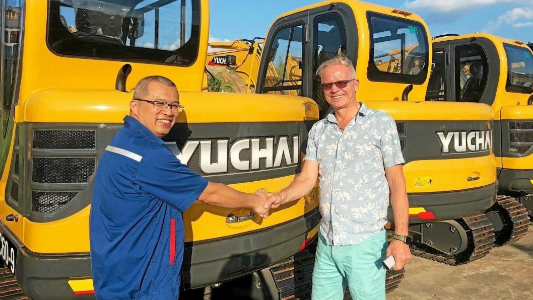 Daglig leder i Wee.no, Rune Wee (til høyre) trykker hånden til Yuchais salgssjef for eksport, Li Jiangfan, etter at agenturavtalen for det norske markedet er signert.