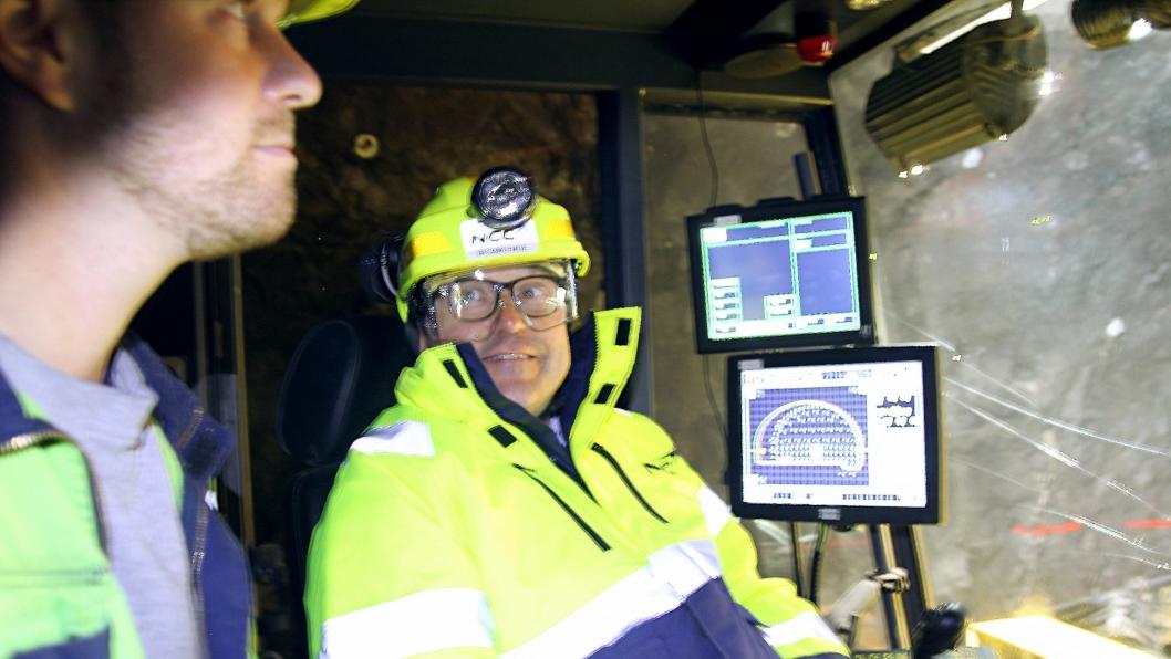 Tomas Carlsson (t.h.) og bas Karl Kristian Ødegården fra NCC Føroyar på tunnelstuff Hvitanes utenfor hovedstaden Tórshavn på Færøyene.