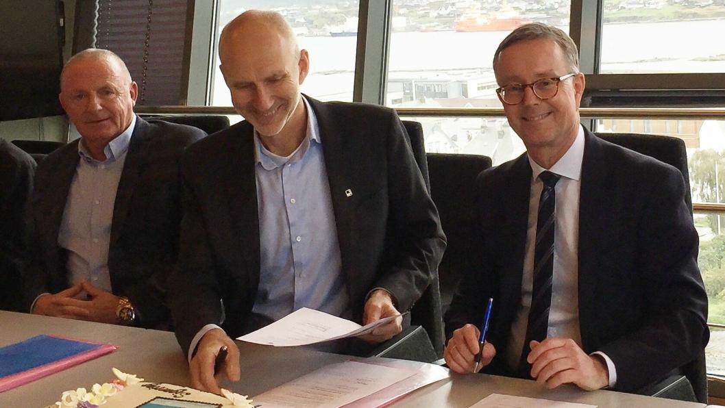 Distriktleder Ove Nedrebø (f.v) og konserndirektør Hans Olav Sørlie fra Veidekke signerer kontrakt med administrerende direktør Olav Klausen fra Helse Fonna.